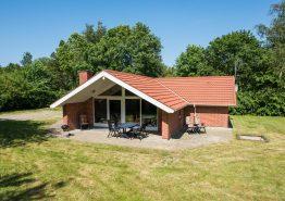 Hyggeligt og lyst sommerhus i roligt skovområde. Kat. nr.:  20103, Birkelunden 49;