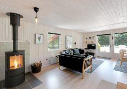 Dejligt sommerhus på skøn naturgrund med gode terrasser, gynger og sandkasse (billede 3)