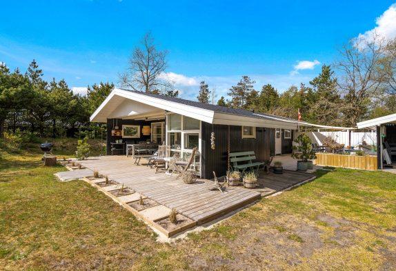 Hyggeligt feriehus med brændeovn og skønne terrasser