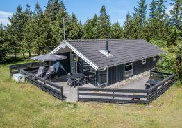 Lyst og venligt feriehus i Houstrup med dejlig have og sauna (billede 1)