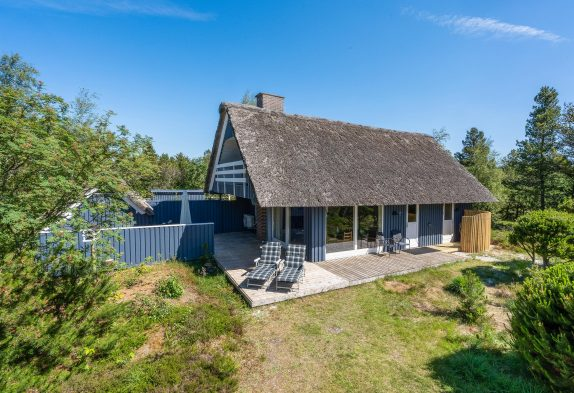 Hyggeligt sommerhus i Houstrup på stor naturgrund, renoveret 2021