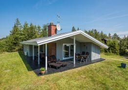 Schönes Ferienhaus, dass auf einem großen Rasengrundstück liegt. Kat. nr.:  30206, Kirkeflod 12;