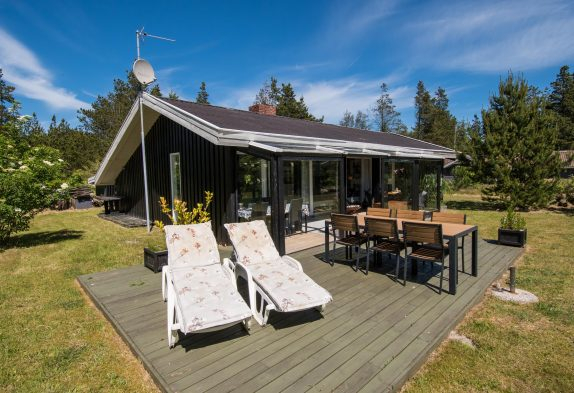 Schönes Holzhaus mit gemütlichem Wintergarten