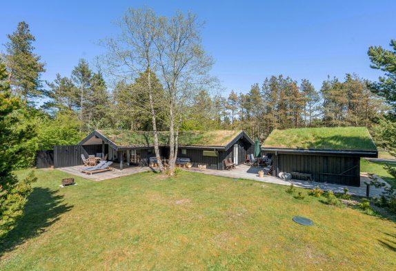Charmerende, renoveret sommerhus midt i naturen med bålplads