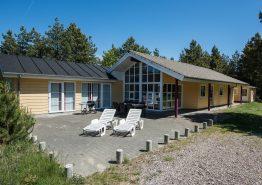 Lyst sommerhus med sauna, spabad og dejlig terrasse