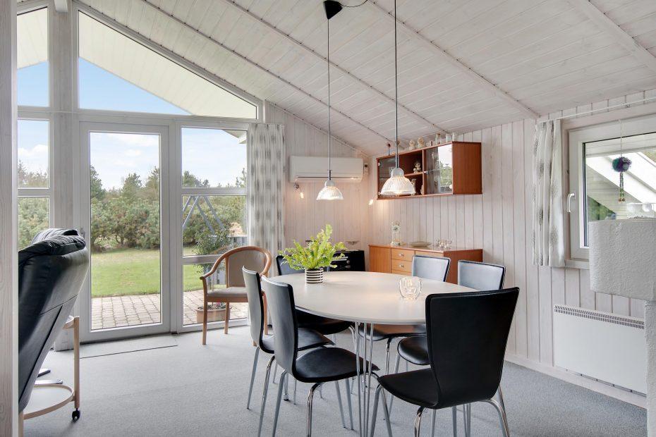 gem tliches holzhaus mit sauna und gro er terrasse esmark. Black Bedroom Furniture Sets. Home Design Ideas