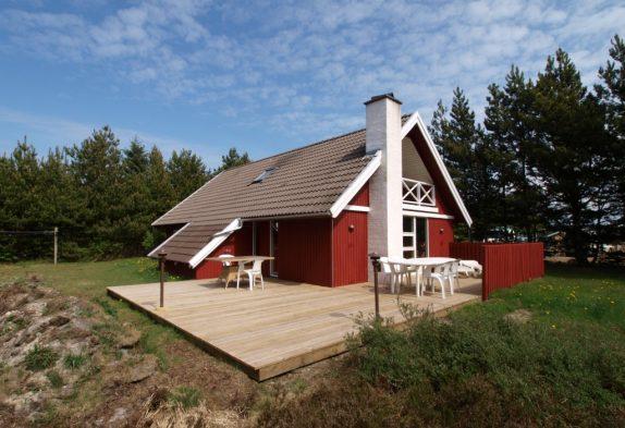 Velholdt træsommerhus med sauna i fredfyldte Houstrup