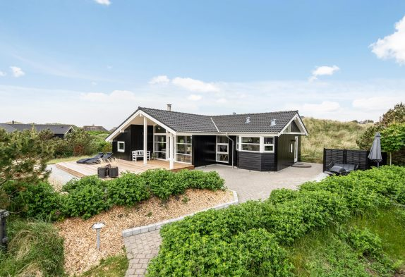 Lyst og imødekommende feriehus i Henne Strand, 500m fra havet