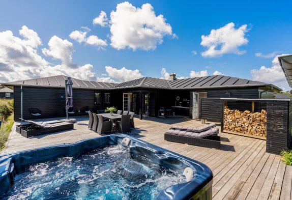 Schönes 5-Sterne-Ferienhaus mit Außenwhirlpool am Henne Strand