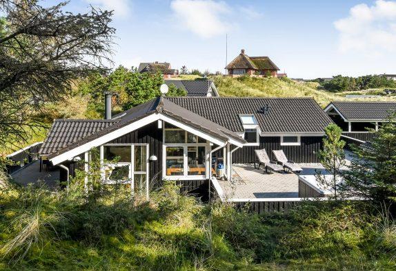 Lækkert feriehus med sauna, udendørs spabad og 500m til stranden