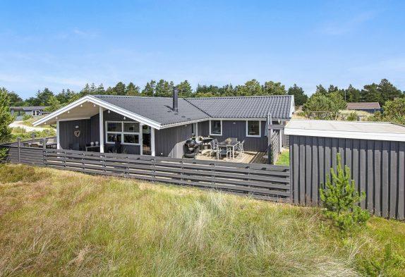 Hyggeligt sommerhus med sydvestvendt terrasse, sauna og brændeovn