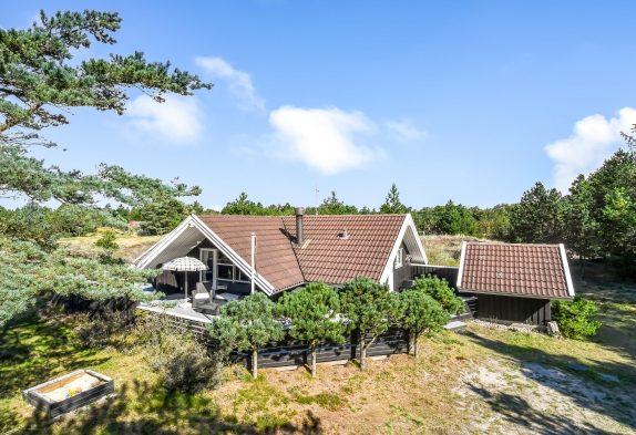 Hyggeligt sommerhus med brændeovn i naturskønne omgivelser