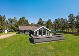 Hyggeligt feriehus med sauna og lækkert udeareal. Kat. nr.:  60070, Vandflodvej 40;