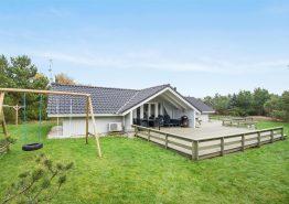 Helles Ferienhaus mit Sauna und Whirlpool auf großem Grund