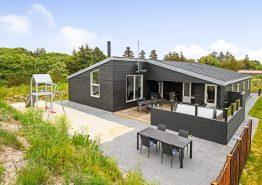 Luksussommerhus i Blåvand med sauna og udendørs spabad (billede 1)