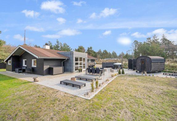 Flot sommerhus med sauna, vildmarksbad og skønt udeareal