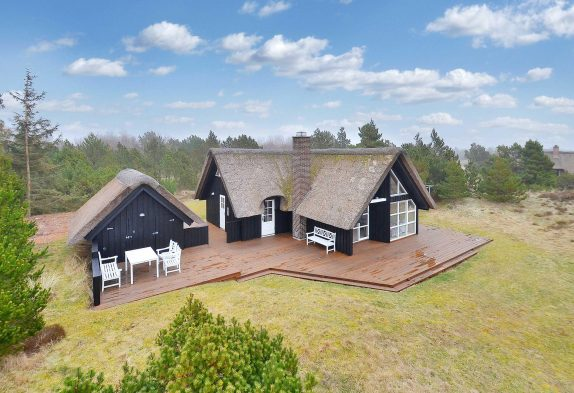 Skønt stråtækt feriehus i naturskønne omgivelser i Blåvand