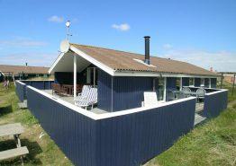 Velholdt sommerhus på vestkysten med lukket terrasse (billede 1)
