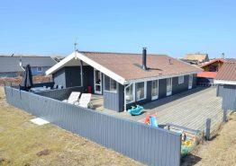 Gepflegtes Sommerhaus mit schöner Terrasse und Anbau