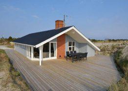 Sommerhus med skøn beliggenhed og afskærmet terrasse. Kat. nr.:  B2163, Bjerregårdsvej 203;