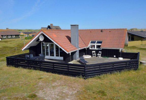 Ferienhaus mit geschlossener Terrasse nah am Strand