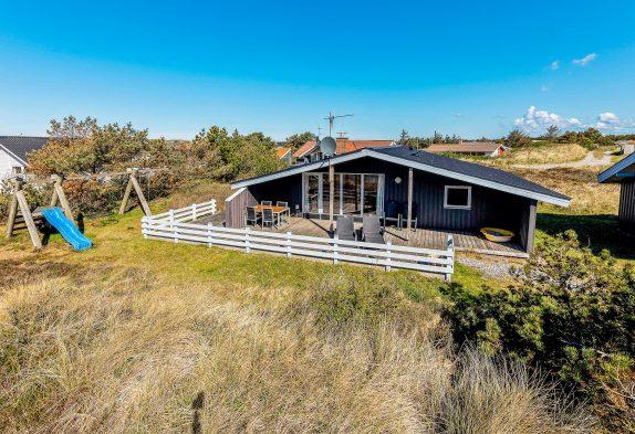 Familievenligt feriehus med sauna, brændeovn og skønne terrasser