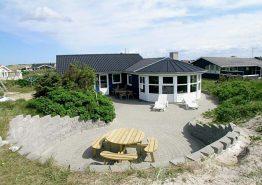 Kvalitetshus på vestkysten med udendørs hyggekrog