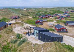 Nyt femstjernet feriehus med sauna kun 100 meter fra stranden (billede 1)