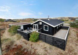 Strandhus med lukket terrasse og med hund tilladt