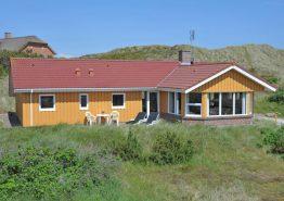 Stort sommerhus på skøn naturgrund tæt på hav og strand. Kat. nr.: C3342, Sommervej 44;