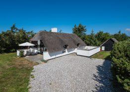 Hyggeligt stråtækt feriehus med åben pejs