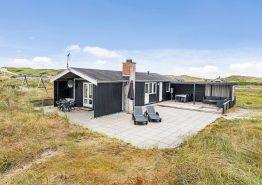 Hell eingerichtetes Sommerhaus dicht am Strand