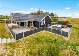 Stort feriehus med udendørs spa, sauna og fantastisk fjordudsigt