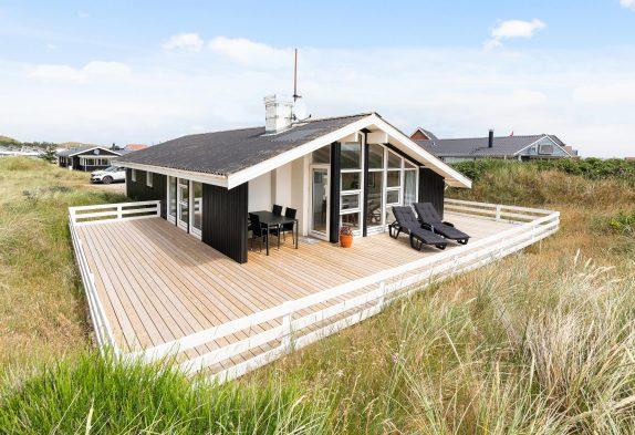 Nyrenoveret sommerhus med sauna nær stranden og Hvide Sande