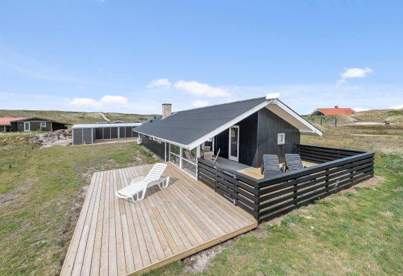 Charmerende sommerhus med lukket terrasse og hund tilladt