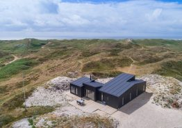 Lækkert nyopført feriehus med kun 150 meter til havet