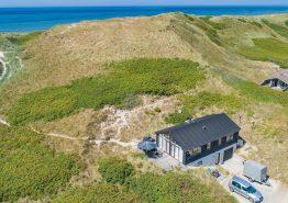Strandnahes Ferienhaus mit Aktivitätsraum in Årgab