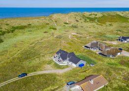 Modernes Ferienhaus auf einem großen Dünengrundstück