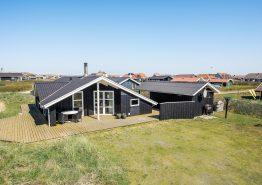 Indbydende feriehus med sauna kun 250 meter fra havet (billede 1)