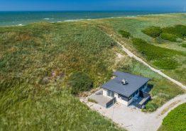 Hyggeligt sommerhus med fantastisk beliggenhed 75m fra stranden (billede 1)