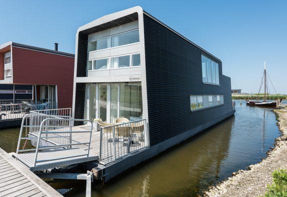 Stilvolles Hausboot mit Aussicht über den Fjord