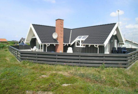 Skønt feriehus med lukket terrasse tæt på Lyngvig Fyr