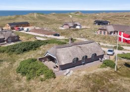 Et smagfuldt indrettet feriehus med panoramaudsigt (billede 1)
