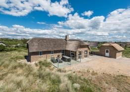 Schönes Qualitätshaus mit Reetdach, nah an der Nordsee. Kat. nr.:  H5955, Lyngvejen 90;