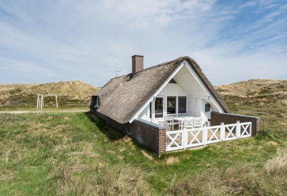 Feriehus med stråtag i smukt klitlandskab. Hund tilladt