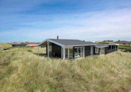 Lyst og venligt sommerhus med udebruser og 250m til havet. Kat. nr.:  J6340, Lærkedalen 54;