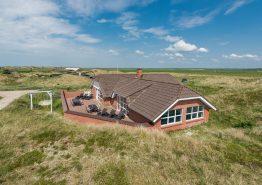 Poolhus med god lukket terrasse på en dejlig klitgrund