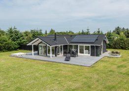 Schönes Nichtraucherhaus, dass auf einem großen Rasengrundstück liegt (Bild 1)