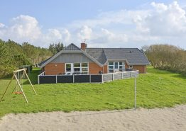 Poolhus med skøn lukket terrasse og beachvolley-bane. Kat. nr.:  K6024, Brunbjergvej 33