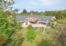 Feriehus med pool og skøn terrasse i rolige omgivelser (billede 1)